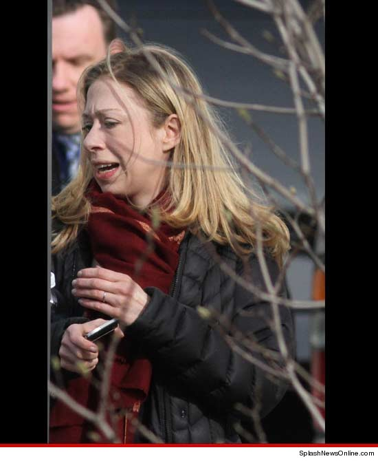 0101 chelsea clinton splash 3 1 Chelsea Clinton Snapped Visibly Upset After Visiting Hillary In Hospital