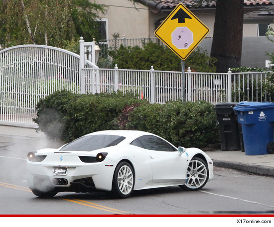 1117 justin bieber gomez x17 3 Selena Gomez DEMORALIZES Justin Bieber Denies Him Access To Neighborhood!