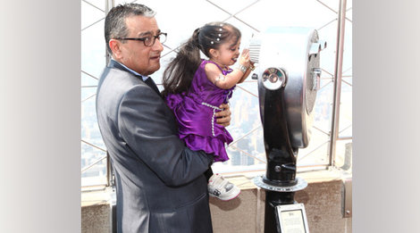 180399966 World's Shortest Woman Visits Empire State Building