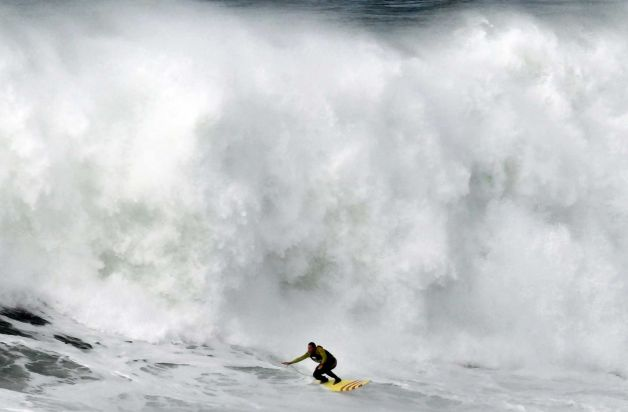 628x471 12 Surfer Sets Record Riding Massive 10 STORY HIGH WAVE (amazing photo)