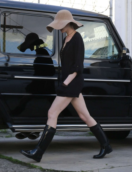 Anne-Hathaway---Leggy-in-boots-getting-lunch-in-LA-03-560x726