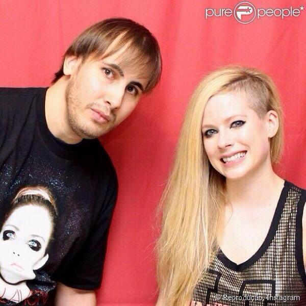 Avril lavigne 400 meet and greet 3 back to awkward avril lavigne 400 meet and greet dont look at or touch her previous m4hsunfo