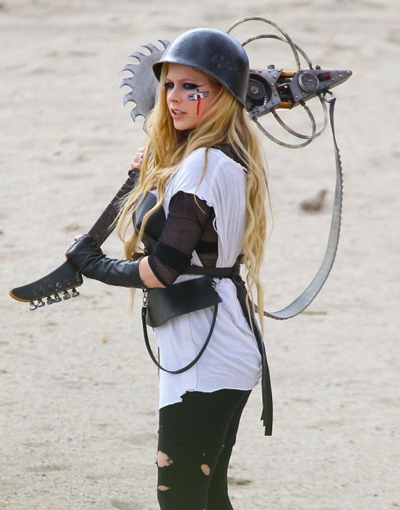Avril-Lavigne---filming-her-video-Rock-N-Roll-in-Palmdale--08-560x715