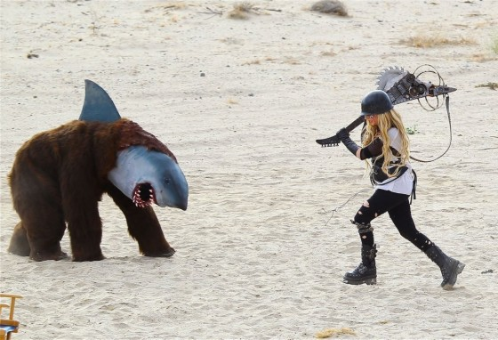 Avril-Lavigne---filming-her-video-Rock-N-Roll-in-Palmdale--09-560x382