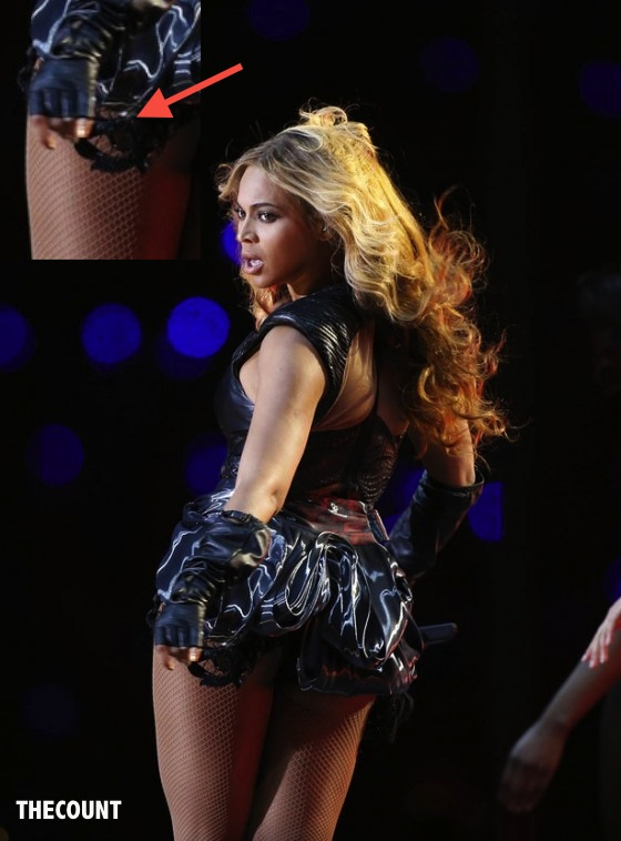 Beyonce Super Bowl 2013 Performing 01 e1359974367116 560x758 BEYONCÉ Caught Flashing ANOTHER Illuminati Symbol At Super Bowl Half Time!