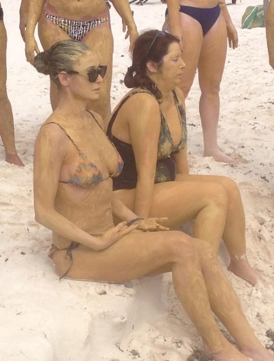 Demi-Moore-in-bikini--01-560x738