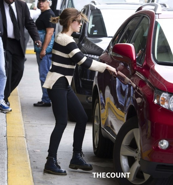 Emma Watson Skinny Pants and Boots 12 560x600 Emma Watson: So Skinny, Her Pants Are Falling Off