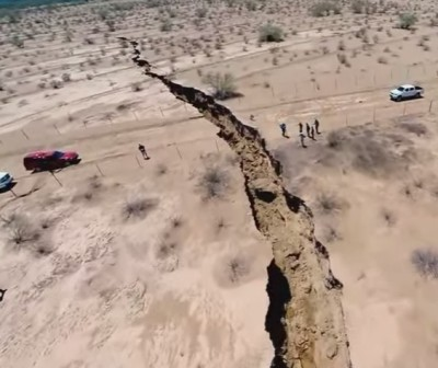 Giant fissure opens in new Mexico 400x336 Mother Nature Steps In To Protect The New Mexico Border!