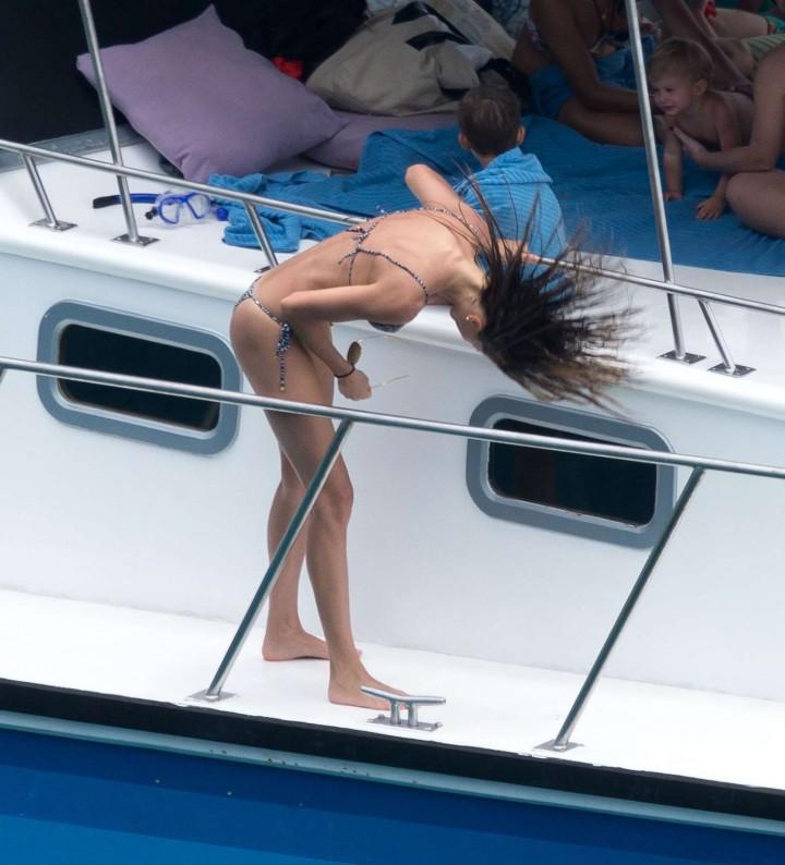 Gisele-Bundchen-Bikini-Photos--2014-in-Brazil--09-720x794