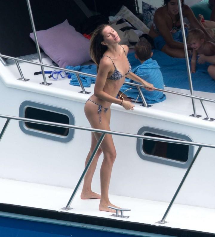 Gisele-Bundchen-Bikini-Photos--2014-in-Brazil--11-720x794
