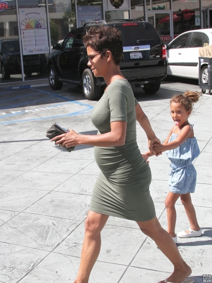 Halle-Berry-Spotted-In-Los-Angeles-With-Her-Daughter-Nahla-7-435x580