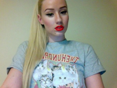 Iggy Azalea1 400x300 Iggy Azalea TAKES A TUMBLE Falls Hard Off Stage VIDEO