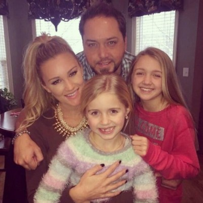 Jason Aldean xmax photo with daughters kerr