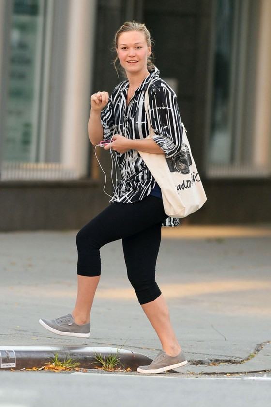 Julia Stiles: NO MAKEUP   NO STYLE