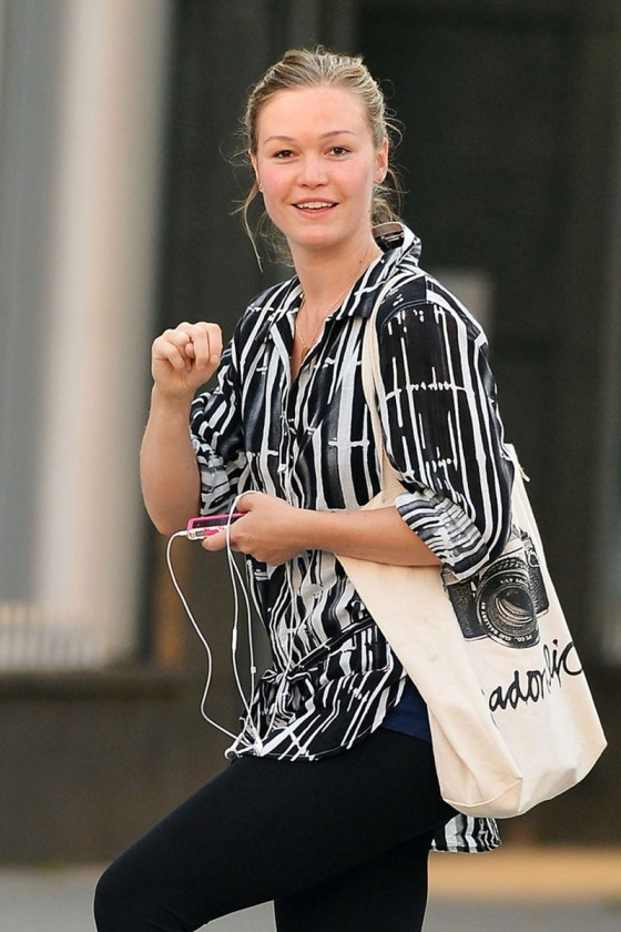 Julia Stiles: NO MAKEUP   NO STYLE