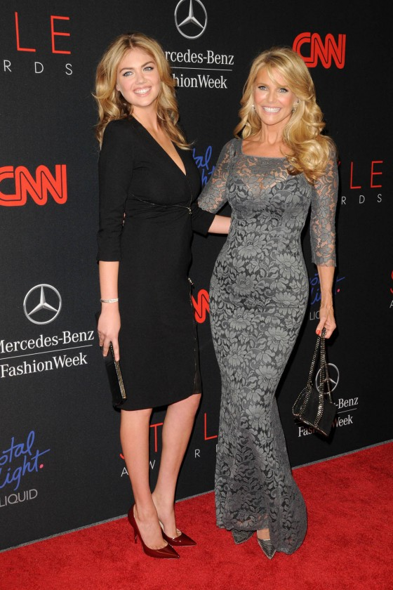 Kate-Upton-and-Christie-Brinkley-at-2013-Style-Awards--08-560x840