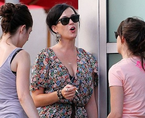 KatyPerrysmoker1 500x407 Katy Perry Smoking Cigarette Like A Pro