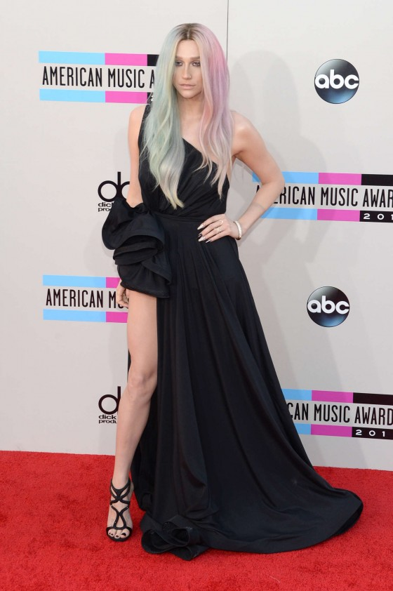 Kesha--2013-American-Music-Awards--03-560x842