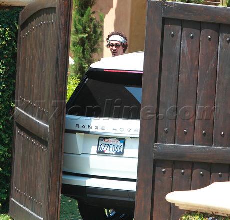 Khloe barefoot crashes the gate...again