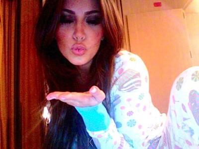 Kim-Kardashian-5-Million-Twitter-Followers-Kiss-5-780x672-580x435