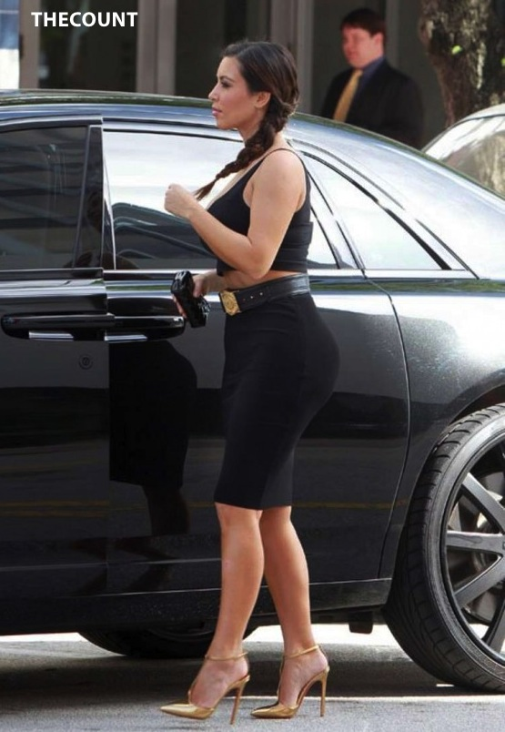 Kim Kardashian in Tight Skirt 02 560x864 KIM K: Weekly Weight GAIN Results