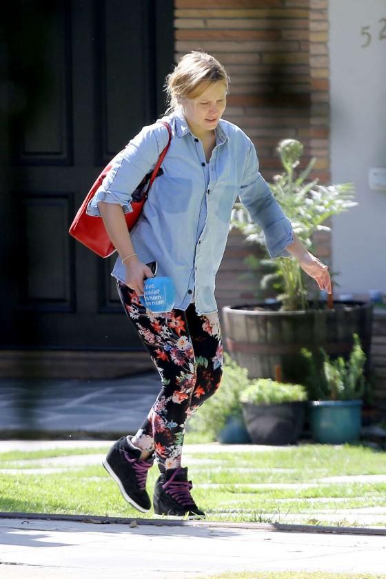 Kristen-Bell-outside-Her-House-in-Los-Feliz--12-560x840