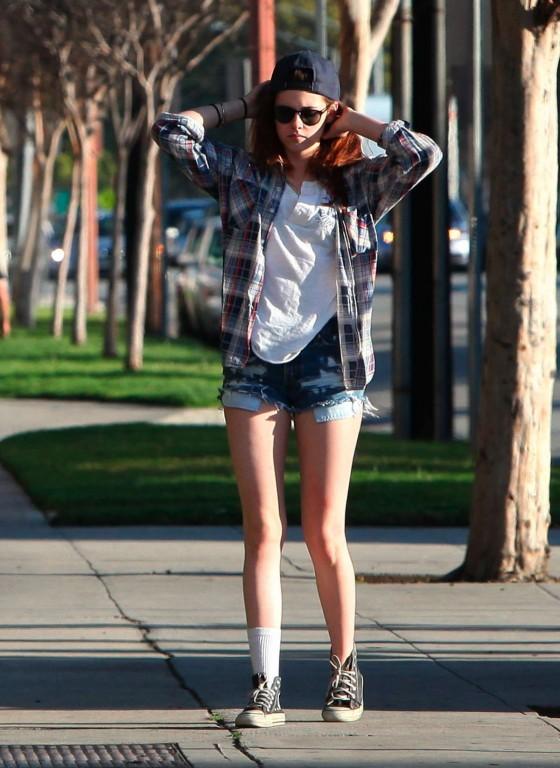 Kristen-Stewart-in-Denim-Shorts--18-560x768