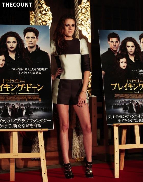 Kristen Stewart leggy in shorts 04 560x715 KRISTEN STEWART TOKYO TWILIGHT   Mystery Dirty Hands
