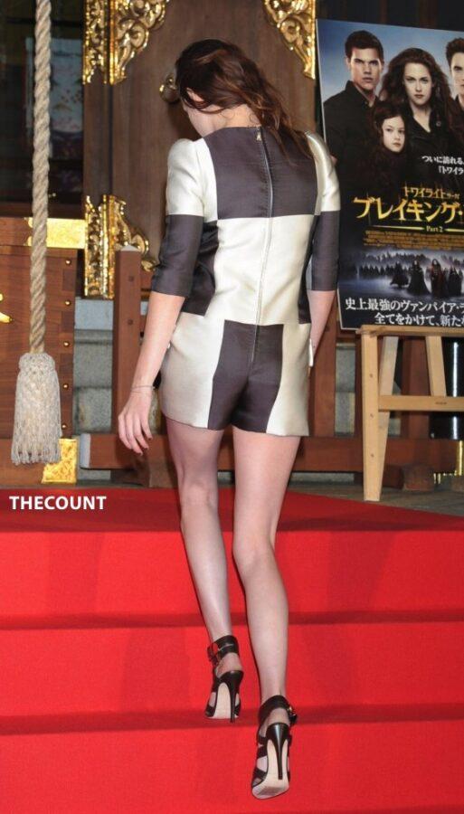 Kristen Stewart leggy in shorts 05 560x983 KRISTEN STEWART TOKYO TWILIGHT   Mystery Dirty Hands