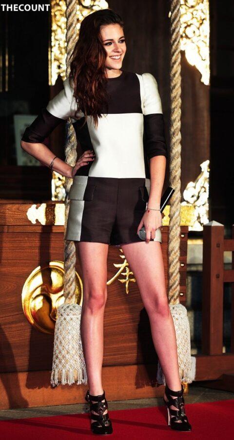 Kristen Stewart leggy in shorts 06 560x1051 KRISTEN STEWART TOKYO TWILIGHT   Mystery Dirty Hands