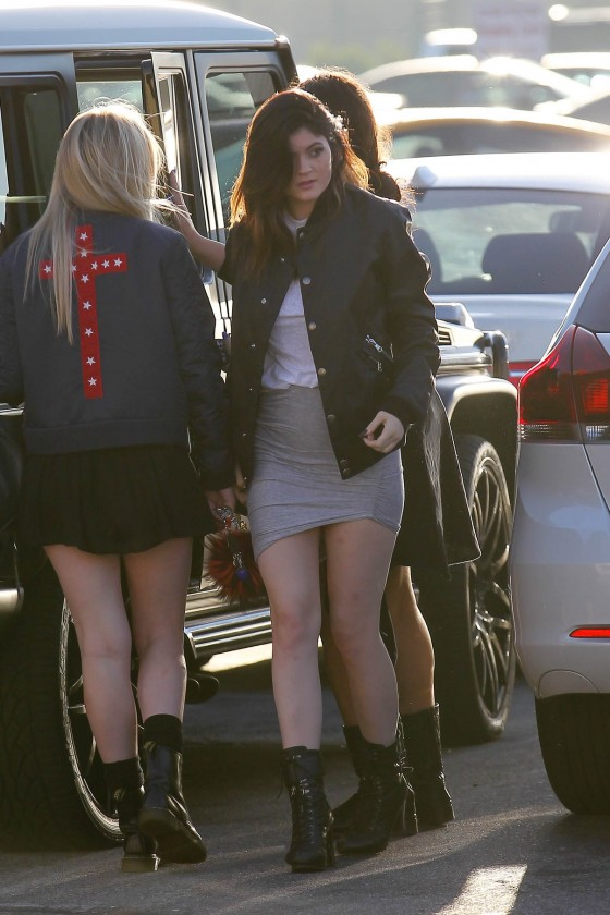 Kylie-Jenner-in-short-skirt--01-560x840