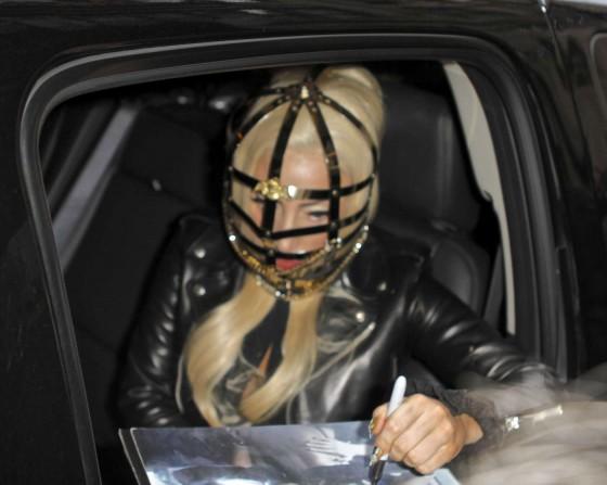 Lady Gaga in tight pants -04-560x447