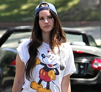 Lana-Del-Rey---Going-to-a-friends-house-in-LA--04-560x840