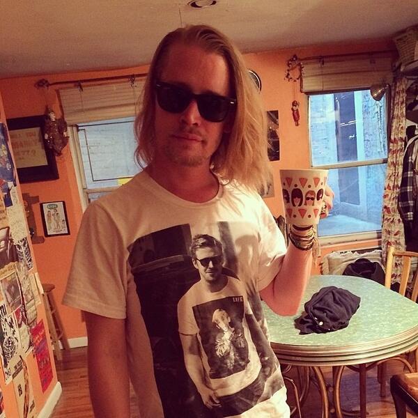 Macaulay Culkin wearing a t-shirt of Ryan Gosling 2