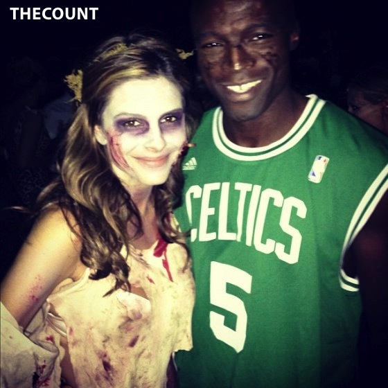 Maria Menounos Zombie Costume at Halloween Party 02 560x560 SEAL DATING AGAIN! Victim: Maria Menounos!