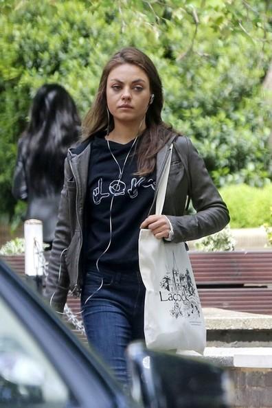 Mila+Kunis+enjoys+a+walk+alone+xV8bxNkUvy4l
