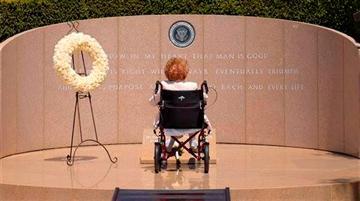 Nancy Reagan visits ronald grave 2