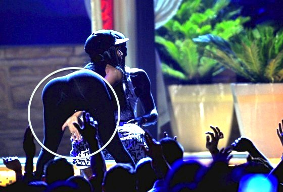 Nicki-Minaj-at-the-2013-Billboard-Music-Awards--44-560x381