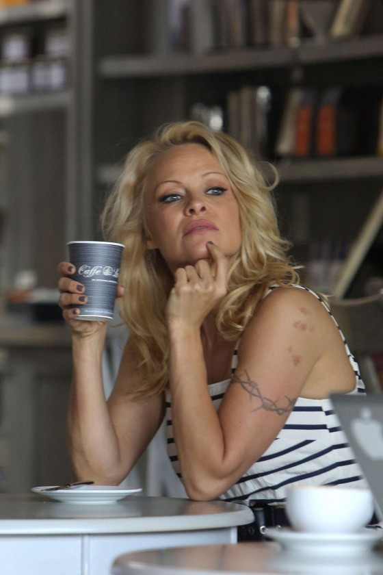 Pamela-Anderson-at-Cafe-Luxxe--11-560x840 (1)