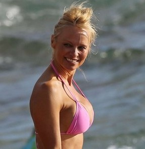 Pamela-Anderson-bikini-photos-in-Hawaii-03-560x840