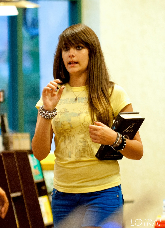 Paris_Jackson_at_Barnes__Noble_book_store-1