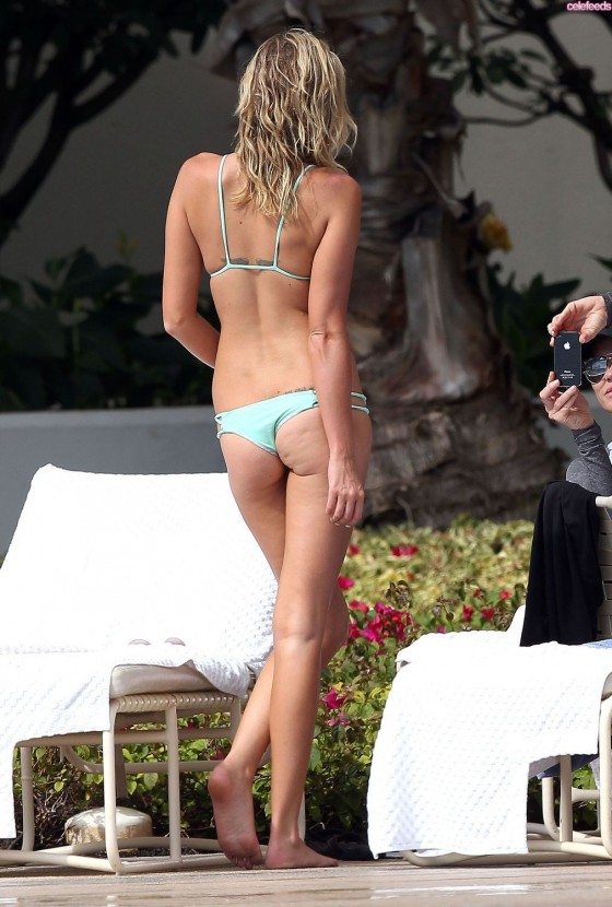 Paulina Gretzky Hot Bikini Body 06 560x830 Paulina Gretzky Full Of Herself Wears Matching Nails, Jewelry And Bikini
