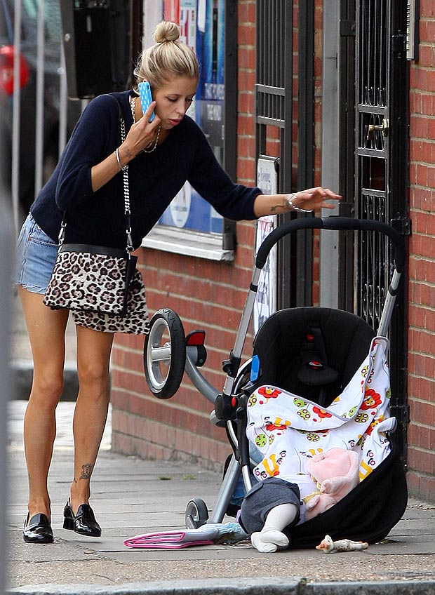 I DONT LIKE MONDAYS: Peaches Geldof DUMPS BABY IN THE STREET Stays On Phone