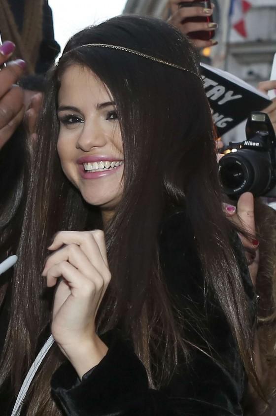 Selena-Gomez---Candids-in-Paris--05-560x844