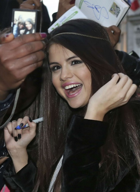 Selena-Gomez---Candids-in-Paris--06-560x766