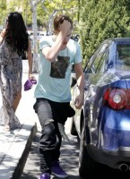 Selena Gomez and Justin Bieber Paparazzi accident 07 560x770 145x200 SUSPECT!! Demonic Justin Bieber Attacks Selena Gomez Others In Street! (UPDATED! 19 Photos)