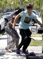 Selena Gomez and Justin Bieber Paparazzi accident 14 560x770 145x200 SUSPECT!! Demonic Justin Bieber Attacks Selena Gomez Others In Street! (UPDATED! 19 Photos)