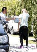 Selena Gomez and Justin Bieber fight 17 145x200 SUSPECT!! Demonic Justin Bieber Attacks Selena Gomez Others In Street! (UPDATED! 19 Photos)