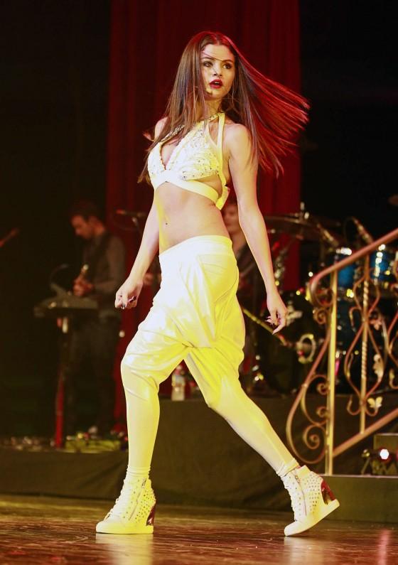 Selena-Gomez-at-Stars-Dance-tour-in-Vancouver--05-560x795