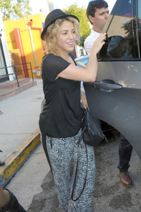 Shakira---Shopping-Candids--03-560x840